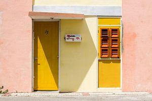J'aime Aruba : Boîte aux lettres sur porte jaune à Otrobanda, Willemstad, Curaçao