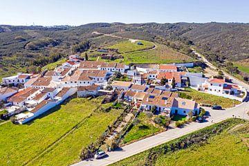 Luftaufnahme des traditionellen Dorfes Pedralva in Portugal von Nisangha Masselink