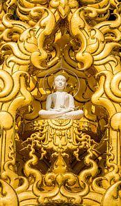 Boeddha in Wat Rung Khun, Chiang Rai Thailand van Theo Molenaar