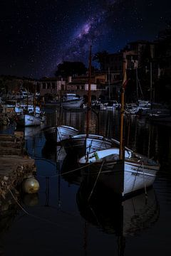 Vissersboten in de haven 's nachts in de haven van Uwe Merkel