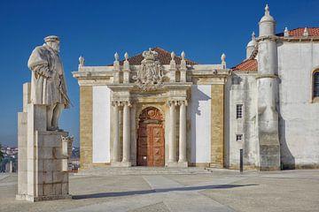 Coimbra: Standbeeld D. João III en toegang tot de oude universiteitsbibliotheek van Berthold Werner