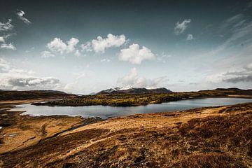 Weite Landschaft mit Bergen und Schnee in Island von Holly Klein Oonk