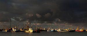 Donkere wolken boven Lauwersoog van