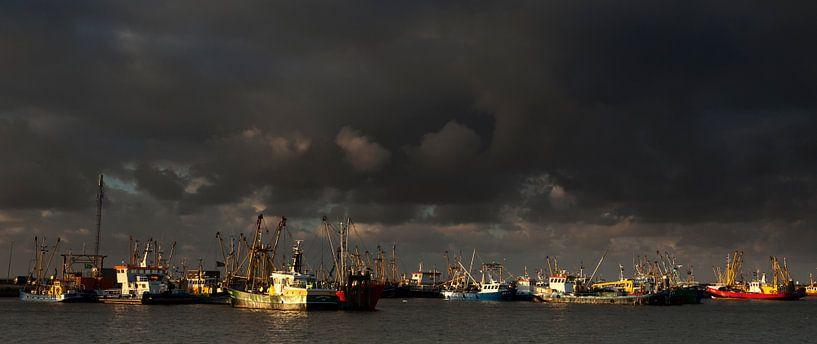 Donkere wolken boven Lauwersoog von Ron ter Burg