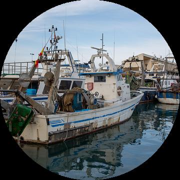 Vissersboten in de haven van Denia in Alicante, Spanje van Joost Adriaanse