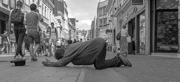 op straat bidden van Freddie de Roeck