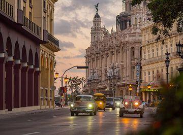 Klassische amerikanische Autos für das Theater in Havanna, Kuba von Teun Janssen