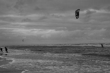 Op strand bij Egmond aan Zee. van Maarten Kooijenga