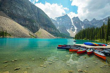 strahlendes Türkises Wasser an einem Kanu Steg am Moraine Lake im Banff National Park in Kanada von Leo Schindzielorz