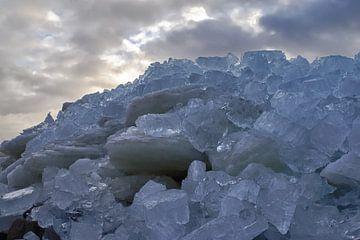 Grote berg met ijsblokken van foto-fantasie foto-fantasie