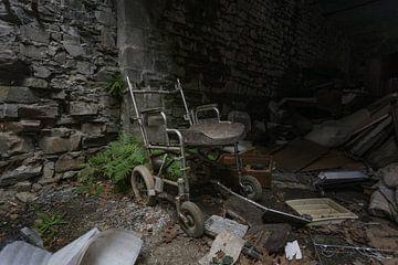Achtergelaten rolstoel van Het Onbekende