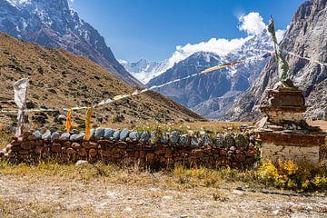 Stupa und Mauer mit Gebetssteinen in Nepal von Tessa Louwerens
