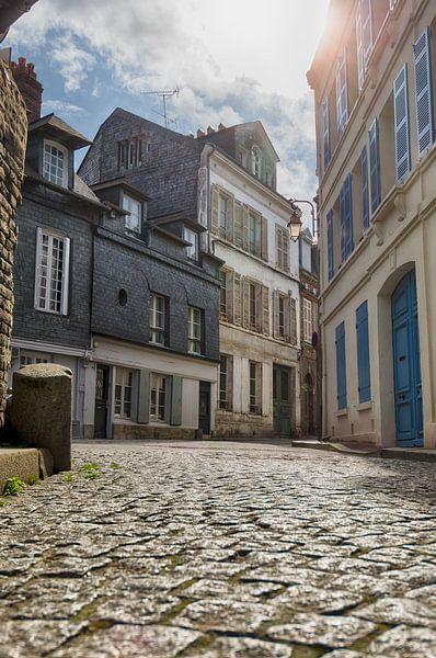 Verlassene Straße in Honfleur von Mark Bolijn