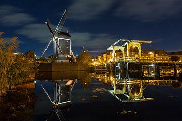 Molen de Put en de Rembrandt brug in Leiden van Marcel van den Bos