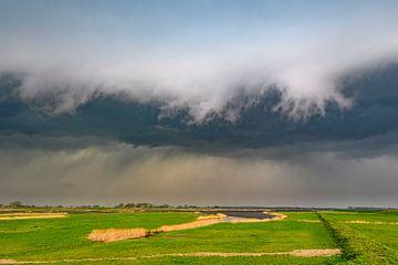Onweerswolken boven het Reevediep bij Kampen in de IJsseldelta van