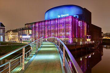 Theater De Spiegel oplichtend in het avondlicht van Jenco van Zalk