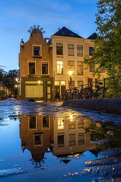 Avondsfeer in Utrecht weerspiegeling in de Vollersbrug