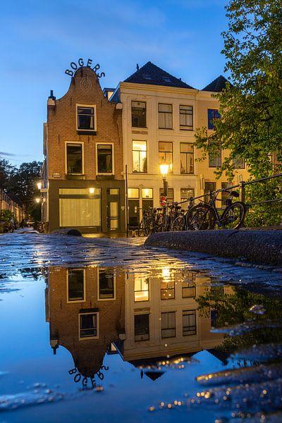 Avondsfeer in Utrecht weerspiegeling in de Vollersbrug van André Russcher