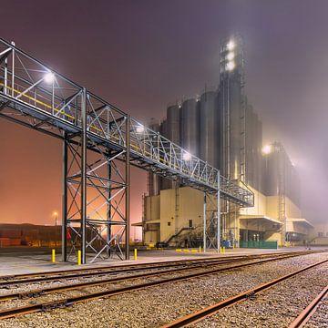 Mistige nacht scène petrochemische productie plant_2 van Tony Vingerhoets
