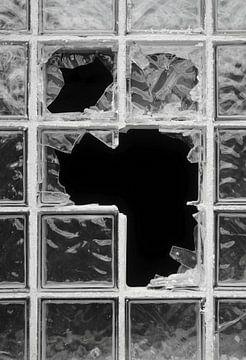 zerstörtes Fenster aus Glasbausteinen von Heiko Kueverling