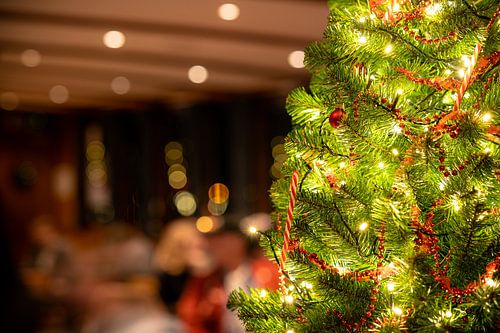 Verlichte kerstboom in horeca interieur