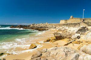 Strand en fort in Vila do Conde, Portugal van Peter Schickert