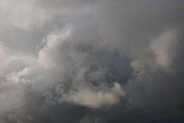 Donkere wolkenlucht van Wim vd Neut