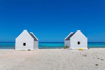 Zwei weiße Sklavenhäuser am Meer vor der Insel Bonaire von Ben Schonewille