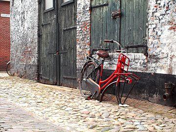 Oude fiets in Elburg. van PictureWork - Digital artist