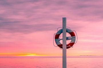 Reddingsboei aan paal op het strand van Tony Buijse