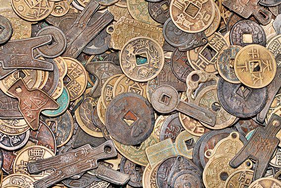 Opmerkelijk vormige oude Chinese muntstukken op een rommelmarkt