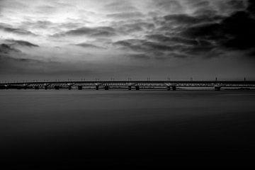 Dunkle und dunkle Eisenbahnbrücke von Geert den Tek