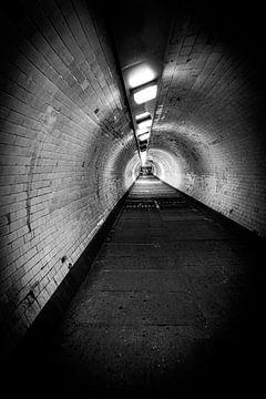 Dunkler, alter Tunnel unter der Themse, Greenwich, London | Schwarz-Weiß-Foto I Straßenfotografie von Diana van Neck Photography