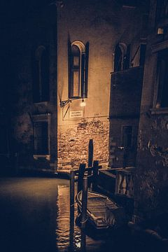 Spektakulärer Abend auf der Brücke eines Kanals in Venedig von Mischa Corsius