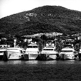 Zwart-wit foto van port Grimaud van Tom Vandenhende