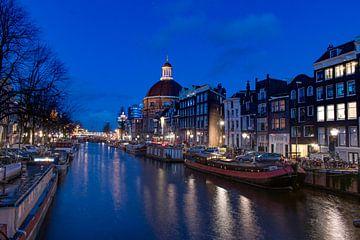 Le canal d'Amsterdam avec le dôme de Sonesta sur Aldo Sanso