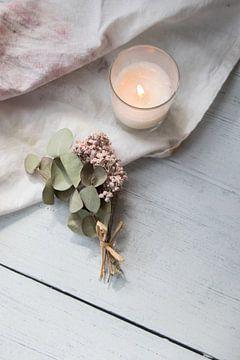 Minimalistischer Hintergrund mit trockenen Blumen und Kerze von Elien Voets