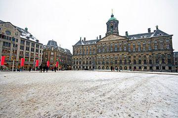 Besneeuwde Dam met het Koninklijk Paleis in Amsterdam van Nisangha Masselink