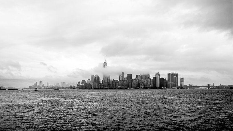 Skyline New York bij mist van Iwan Bronkhorst