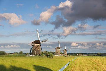 Drei Mühlen unter schönen Wolken auf dem Land von iPics Photography