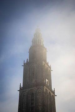 Martinitoren in de ochtend mist/wolken van Hessel de Jong