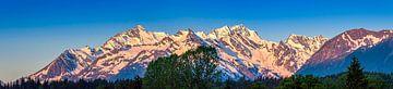 Das erste Sonnenlicht von den Berggipfeln im Norden Kanadas von Rietje Bulthuis