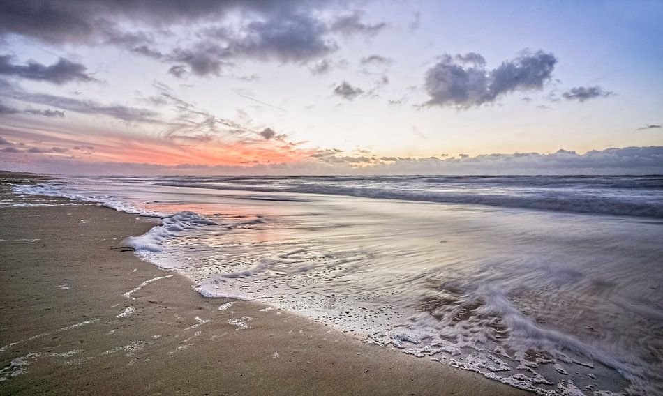 Zonsondergang aan het strand van Pieter van Roijen