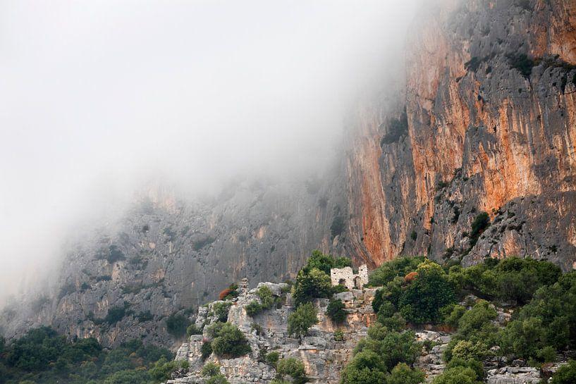 Ruïne in de bergen van Mark Leeman