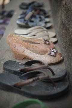 Rangée de chaussures pour enfants sur Karel Ham