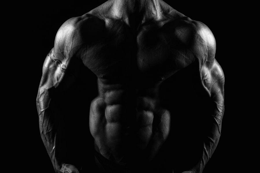 Ontblote torso van gespierde man