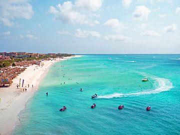 Luftaufnahme des Eagle Beach auf Aruba in der Karibik von Nisangha Masselink