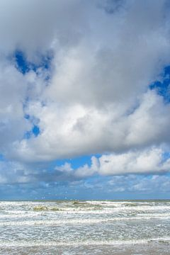 Wind und Wolken über stürmischer Nordsee von Fotografiecor .nl