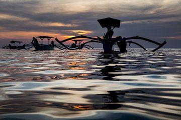 Traditionele Balinese bootjes (Jukung) bij zonsondergang von Willem Vernes
