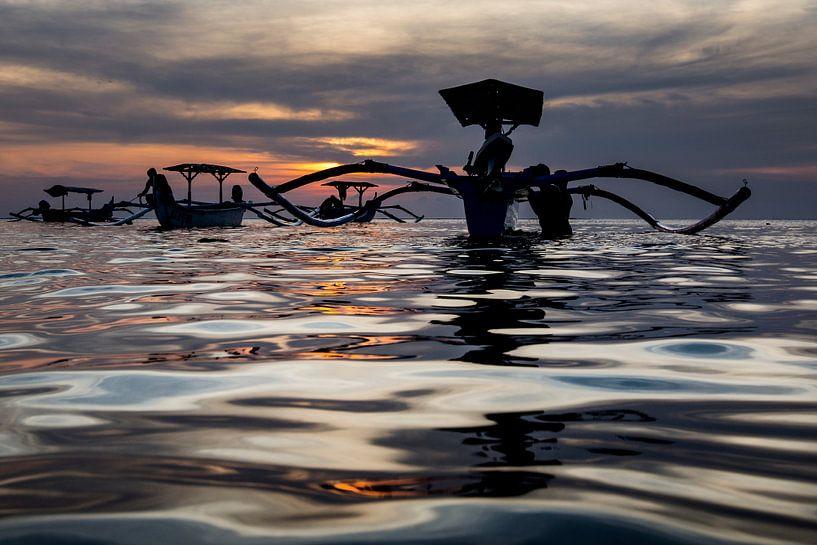 Traditionele Balinese bootjes (Jukung) bij zonsondergang van Willem Vernes